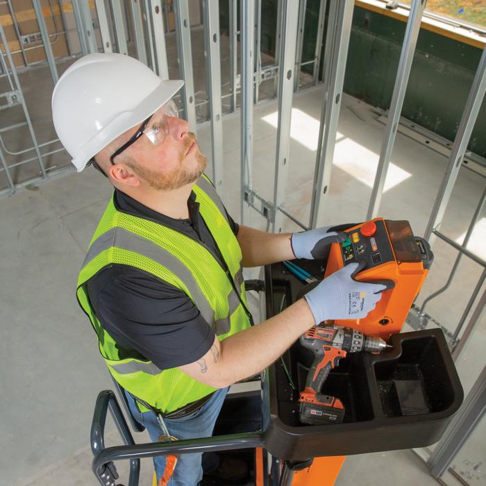 Powered lifting and tool tray on JLG® LiftPod